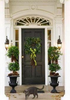 Holiday Door Decor (via Bloglovin.com )