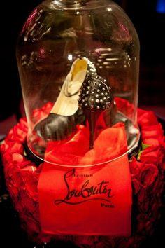 Centro de mesa para bodas con tacones Louboutin, estilo Fergie - Foto: Floramor Studios Divas, Shoe Makeover, Quince Ideas, Centerpieces, Traditional, Wedding Centerpieces, Wedding Tables, Louboutin Pumps, Personalized Wedding