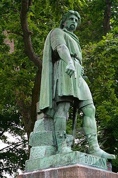 Gangu-Hrólfr or Rolf the Ganger Ragnvaldsson, Mœrajarl de Normandie, was founder of the Duchy of Normandy and progenitor of William the Conqueror (not a contemporary statue, 32 ggf)