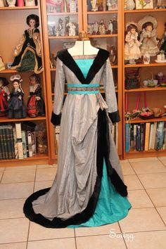 Robe à tassel du XV eme siècle Victorian Design, Medieval Dress, Camille, 15th Century, Middle Ages, Traditional Outfits, Cool Outfits, Gowns, Clothes For Women