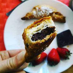 La felicità è nelle piccole cose.... Ad esempio in un piccolo cornetto con tanto cioccolato#colazioneitaliana #chiacchiereacolazione #infinity_coffeebreak #photofoodblog #pocket_food #pocket_collage #instabreakfast #instafood #rdd_food #cornettoalcioccolato #homemade #ricettasulblog #lamiacucina #gusciduovo #eggshell #italianbreakfast #italianfoodblogger #fragoleecioccolato #desayuno #ilbuongiornosivededalmattino