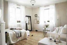 sol en parquet clair, murs beiges, fenetres dans la chambre a coucher chic