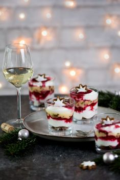 Himbeer-Zimtstern-Schichtdessert - My list of the most healthy food recipes Winter Desserts, Christmas Desserts, Christmas Tables, Christmas Room, Nordic Christmas, Modern Christmas, Christmas Cards, Do It Yourself Food, British Desserts