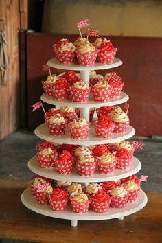Hübscher Hochzeits- Cupcake Tower im Retro 50er Jahre Stil