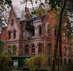 Wyndclyffe Mansion, built in 1853 in Dutchess County, New York--such a shame to see something like this just falling apart. Abandoned Buildings, Abandoned Property, Abandoned Castles, Old Buildings, Abandoned Places, Architecture Old, Beautiful Architecture, Beautiful Buildings, Beautiful Places