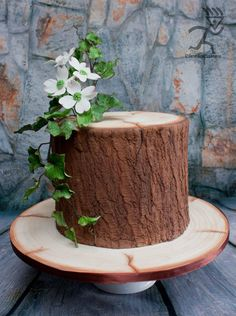Realistic Wood Effect cake with sugarpaste Ivy & Dogwood flowers - Cake by Ciccio - CakesDecor Fairy House Cake, Masculine Cake, One Tier Cake, Tree Stump Cake, Woodland Cake, Quick Cake, Beautiful Birthday Cakes, Wood Cake, Tree Cakes