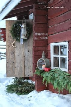 A rustic Christmas exterior. Christmas Porch, Primitive Christmas, Outdoor Christmas Decorations, Christmas Love, Country Christmas, Winter Christmas, Vintage Christmas, Primitive Snowmen, Primitive Crafts