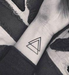 Idées de tatouages pour le poignet : des triangles superposés