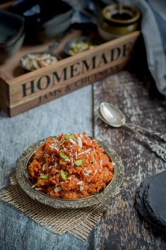 Desi gajar Ka Halwa – Carrot halwa – Grated carrots simmered in milk and concntrated to get a rich and creamy dessert. Sweetened with sugar and topped with some cashews and pistachios. It's a gluten free Indian dessert. Carrot Halwa Recipe, Halva Recipe, Momos Recipe, Indian Desserts, Indian Sweets, Indian Dishes, Indian Food Recipes, Gajar Ka Halwa, Sweets Photography