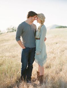 Nice 35 Beautiful Rustic Engagement Picture https://weddmagz.com/35-beautiful-rustic-engagement-picture/