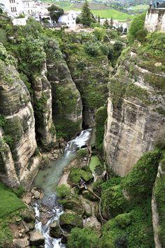 Dividida en dos partes por un cañón, conocido como el Tajo de Ronda, por el que discurre el río Guadalevín afluente del río Guadiaro. A continuación de la garganta del tajo propiamente dicha también se extiende el tajo sobre el valle de los Molinos. Al este de la ciudad se encuentra el parque natural de la Sierra de las Nieves, al sur el Valle del Genal, al oeste la Sierra de Grazalema y al norte otras tierras más llanas en dirección a Campillos.