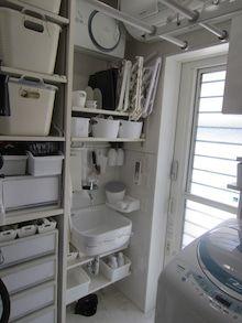 脱衣所 スロップシンク 洗濯グッズ収納 ルンバ | W&Bマニアハウス Ladder Bookcase, Laundry Room, Shelves, Cabinet, Bathroom, Storage, Closet, House, Furniture