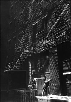 Chicago alley, 1946 by Henri Cartier-Bresson. Henri Cartier Bresson, Magnum Photos, Black White Photos, Black And White Photography, Candid Photography, Street Photography, Che Guevara, Walker Evans, Photo B