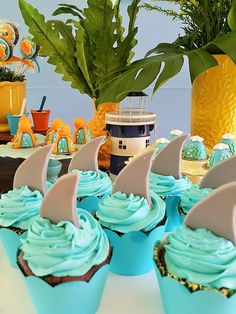 Festa praia para os gêmeos Rafael e Pedro | Shark Birthday Cakes, Moana Birthday Party, Baby Birthday, Ben Y Holly, Festa Moana Baby, Shark Party, Baby Shark, Birthday Party Decorations, Baby Shower Parties