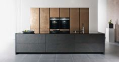 Our metal kitchen fronts. Craftsmanship at its most extravagant. Metal mined directly from natural deposits and milled, liquefied with supplements and processed and polished by hand with the filler. Real coloured slate eluted in a complex procedure from the stone deposit. Each front element is completely unique. Both variations are sealed doubly for resistance with clear lacquer and made entirely suitable for kitchen life.