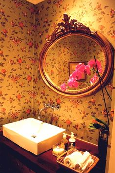 Charming guest loo mixing modern elements, traditional wallpaper and a French mirror French Mirror, Traditional Wallpaper, Garden Design, Interior, Modern, Home Decor, Trendy Tree, Decoration Home, Indoor