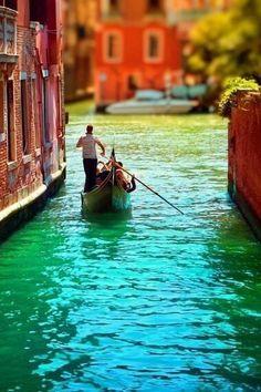 Aşıkların şehri Venedik'te bir sokak...