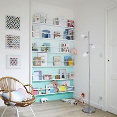 Chaise en bois et dégradé de couleurs dans la bibliothèque