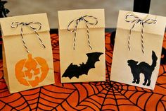 Easy DIY Halloween Treat Bags for Kids. Use a Halloween stencil to paint designs on plain paper bags. Halloween Imagem, Halloween Taschen, Dulceros Halloween, Halloween Infantil, Homemade Halloween Decorations, Halloween Treats For Kids, Halloween Goodies, Halloween Birthday, Holidays Halloween