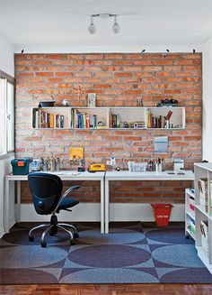 Mesas: lado a lado, duas peças Metric (1,30 x 0,75 x 0,75 m) tomam toda a parede do escritório, formando uma grande bancada de trabalho. Tok & Stok, R$ 399 cada. Adesivos: aqui, os passarinhos parecem pousados sobre o muro de tijolos. Cada um tem 12 x 5 cm. Modelo indisponível no momento. Tapete: medindo 3 x 3 m, o modelo Kiss 506 integra a linha Oxygen, da Milliken. Cast Solutions, R$ 175 o m².