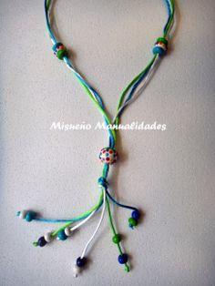 Collar multicolor de Fimo montado con cola de ratón turquesa, blanco y verde.  www.misuenyo.com / www.misuenyo.es
