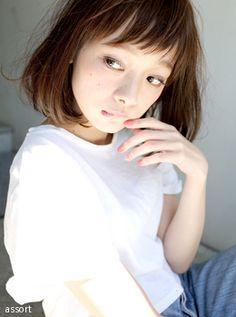 シースルーな斜めバングで個性をプラス☆ リラックスボブの髪型一覧。