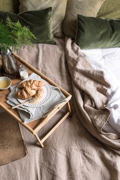 natural linen bedding and green velvet cushions, slow living breakfast in bed Linen Napkins, Napkins Set, French Table, Terracota, Beige Aesthetic, Breakfast In Bed, Velvet Cushions, Linen Bedding, Bed Linen