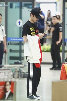 Sehun - 160901 Incheon Airport, arrival from Hawaii Credit: 412degrees. (인천공항 입국)