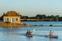 France, Morbihan (56), Belz, kayak sur la ria d'Etel avec l'ilot de Nichtarguer en arrière plan. Photo Emmanuel Berthier / hemis.fr #Breizh #Bretagne #Travel #Lifestyle
