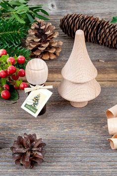 Das kleine Bäumchen aus Buchenvollholz dient als Duftträger und ist zugleich ein hochwertiges Accessoire für jedes Zuhause. Einfach Duftöl aufträufeln und an geeigneter Stelle im Raum platzieren. Schon verströmt das Bäumchen sein angenehmes Tannenaroma.