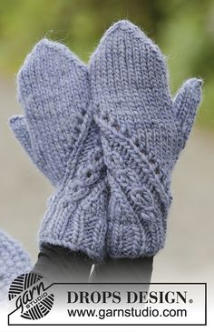 A royal embrace / DROPS - free knitting patterns by DROPS design The set includes: Knitted DROPS hat, collar scarf and mittens in eskimo with a structured pattern. Free patterns by DROP. Knitted Mittens Pattern, Knit Mittens, Knitted Gloves, Knitting Socks, Knitting Patterns Free, Free Knitting, Free Pattern, Fingerless Gloves, Cowl Patterns