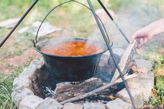 Ako pripraviť najlepší kotlíkový guláš? | Dobruchut.sk Barbecue, Bucket, Leto, Red Peppers, Barrel Smoker, Bbq, Buckets, Barbacoa, Aquarius