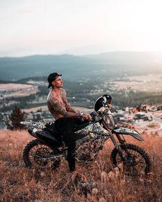 Johnny Edlind Johnny Edlind, Biker Photoshoot, Boy Photography Poses, Poses For Men, Sportbikes, Foto Pose, Dirt Bikes, Man Photo, Bike Life