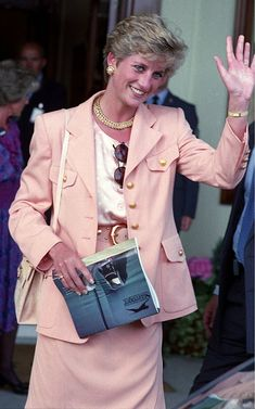 On Sunday July in Princess Diana and her mother Frances attended the Men's Singles Final at Wimbledon between Pete Sampras and Jim Courier. Princess Diana Fashion, Princess Diana Pictures, Lady Diana Spencer, Royal Princess, Princess Of Wales, Princes Diana, Daughter In Law, Diane, Duchess Of Cornwall