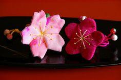 Imgp5920 Fabric Ribbon, Fabric Flowers, Japanese Sewing, Japanese Style, Sakura Cherry Blossom, Japanese Hairstyle, Baubles And Beads, Japanese Flowers, Kanzashi Flowers