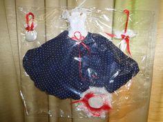 Roupas para bonecas. Neste modelo contém: Vestido, Bolsa, Guarda-Chuva e Chapéu  PS: Tecidos, tons e estampas, podem variar!  *** Serve em qualquer bonecas tipo Barbie, Susi e similares. (originais ou não) ***  BONECA NÃO INCLUSA CASO QUEIRA COM A BONECA, FAVOR INFORMAR R$ 30,00