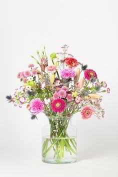 Hast Du schon einmal mit besten Freunden draußen im Winter getanzt? Die Wangen rot vor Glück und Wärme, die Arme schwingen durch die kalte Luft. Dieser Strauß erinnert an einen Wintertanz! #blumenpur #Blumen #blume #flowers #flower #rosa #pink #home #interior