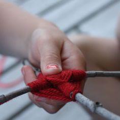Leuk om te doen, weven met takjes en wol.