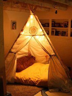 小さな空間に可愛いを詰め込んでお家の中のティピーテントが素敵