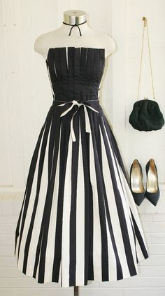 It's All There In Black and White - Victor Costa - - Striped - Pleated - Strapless - Party Dress love the vintage style. Vintage Outfits, Vintage Fashion, Black White Parties, Black And White, Strapless Party Dress, Vintage Mode, Vintage Style, Outfit Combinations, Pretty Outfits