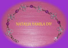 Pulsera artesanal de flores en alambre de alpaca y cuentas facetadas violeta. Wire handmade bracelet . Flowers and violet beads