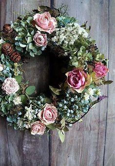 今日の岩手は朝からとってもいいお天気です。Rさんは早速自転車乗りに出かけてしまいました。私もどこかへ出かけたい気持ちをぐっと抑え、これから新作アップの作業... Dried Flower Wreaths, Dried Flowers, Hobbies And Crafts, Diy And Crafts, Picture Frame Art, Vintage Wreath, Grapevine Wreath, Seasonal Decor, Flower Arrangements