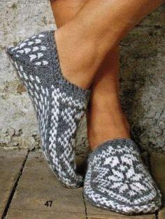 Вязанные носки и тапочки для больших и маленьких.