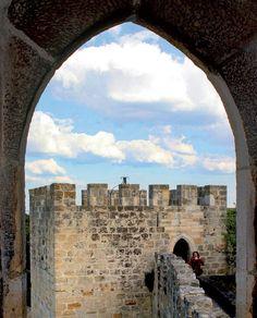Janela do Castelo de São Jorge; construído no século 11, de onde sai a muralha