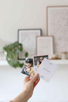 Créez de jolis souvenirs en imprimant des photos de votre famille Diy Cadeau, Polaroid Film, Day, Photos, Gifts, Pictures
