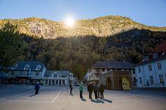 Espelhos gigantes refletem o sol de inverno em Rjukan, Noruega
