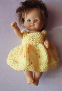 Easy To Knit Dress And Pants For A Small Baby ~ leicht zu strickendes kleid und hose für ein kleines baby ~ robe et pantalon faciles à tricoter pour un petit bébé Babykleid kleine Mädchen Sie Baby Doll Set Knitted Dolls Dress Pattern, Baby Cardigan Knitting Pattern, Doll Dress Patterns, Baby Knitting Patterns, Knitting Ideas, Knitting Projects, Knitting Dolls Clothes, Baby Doll Clothes, Crochet Doll Clothes