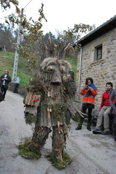 Stilt Costume, Spain Culture, Monster Costumes, Tree People, Magic Symbols, African Masks, Character Costumes, Green Man, Outdoor Art
