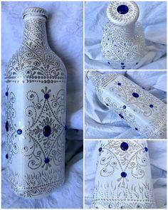 "Gosto de dar nome às coisas que faço. Essa aqui resolvi chamar de ""Vestido de Noiva"". I like to name the things I do. This one I called ""wedding dress"". #dotart #dotwork #dotmandala #dotpainting #dottingart #dotting #artoftheday #bottle #bottleart #bottlepainting #weddingdress #artesanato #artenagarrafa #garrafadecorada #coloringbottles #vestidodenoiva #whiteandsilver #brancoeprata"