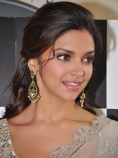 Deepika Padukone in neutral pink sweet makeup look for medium brown skin tones #browngirlmakeup #deepikapadukone